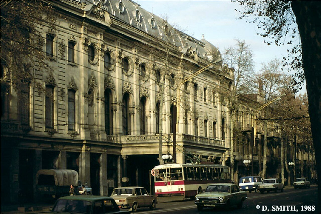 Здание театра на улице Руставели