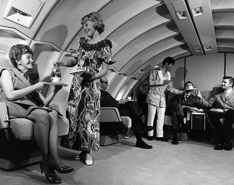 На этом фото компании «United Airlines» стюардесса обслуживает пассажирку. Фото сделано в 70-ых годах во время полета на Гавайи, судя по одежде стюардов.jpg