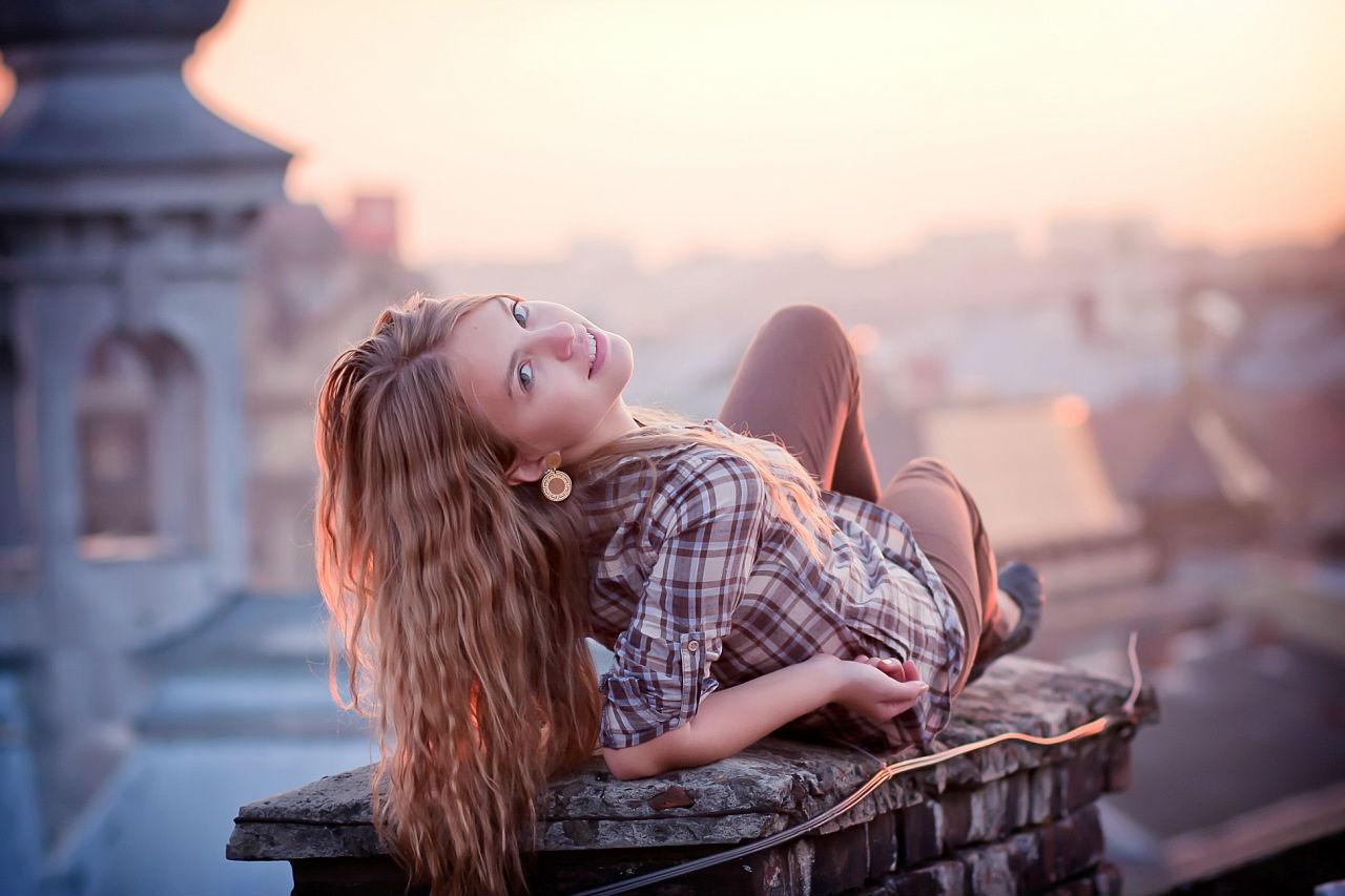 Вечерний фотоссет блондинки на крыше