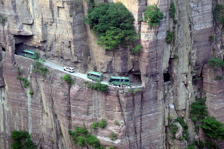 mashable.com Дорога через горный массив Гуолян была построена местными жителями. До1972 года путь,