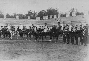 Конвойцы в исторических формах  на параде  в честь  празднования 100-летнего юбилея конвоя, справа (в фуражках) - гражданские чиновники военного ведомства, проходившие службу в конвое.