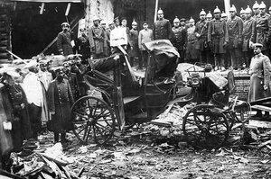 Полиция и пожарные у остатков экипажа после взрыва на даче П.А.Столыпина на Аптекарском острове