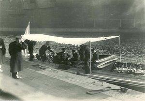 Инженеры в катере у причалов завода в день закладки зданий отдела Подводного плавания в присутствии морского министра адмирала И.К. Григоровича (сидит в катере слева).