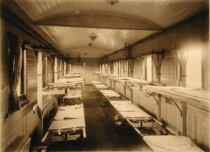 Внутренний вид одного из вагонов III класса на 16 мест с приспособлениями Кригера для тяжелораненых.