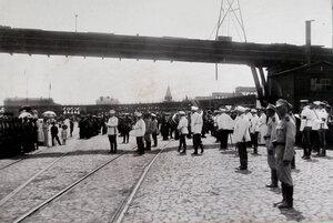 Горожане, военные чины, почетный караул, духовой оркестр на пристани в ожидании прибытия парохода в порт.
