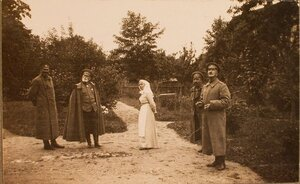 Командующий XII армией генерал от инфантерии В. Н. Горбатовский (второй слева) и начальник  штаба Генерального штаба генерал-майор Беляев (крайний справа) на парковой дорожке.