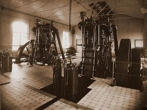 Общий вид  дизельных двигателей Общества Русского чугунолитейного и машиностроительного завода имени Фельзера и Ко в одном из цехов мастерской.