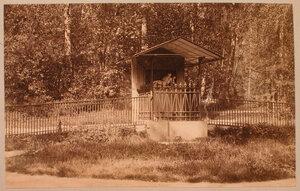 Вид на колодец - Источник Сильмии (другое название Источник Нарцисс) в северной части усадебного парка Елисейские поля.
