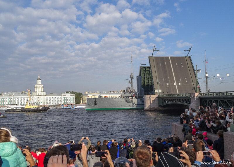 А вот Аврора проходит Дворцовый мост.