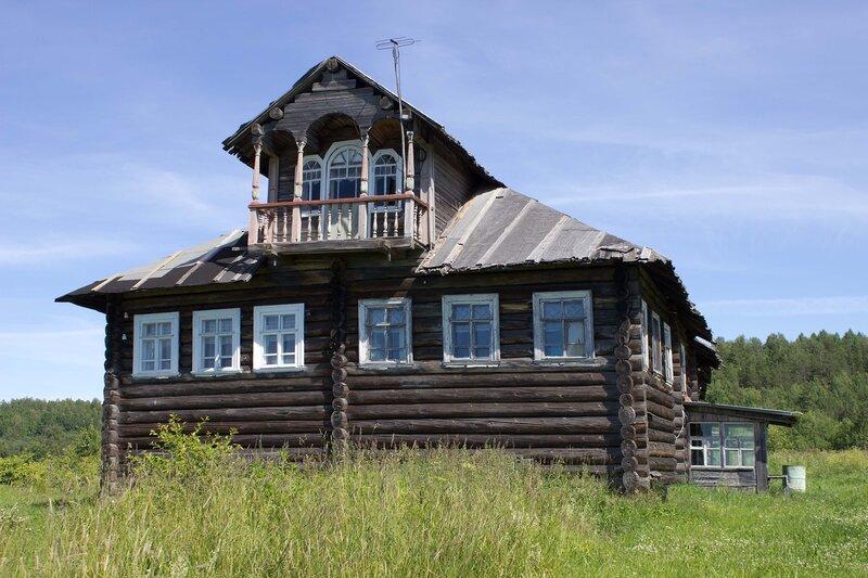 дом с декорированным балконом в деревне Ерши