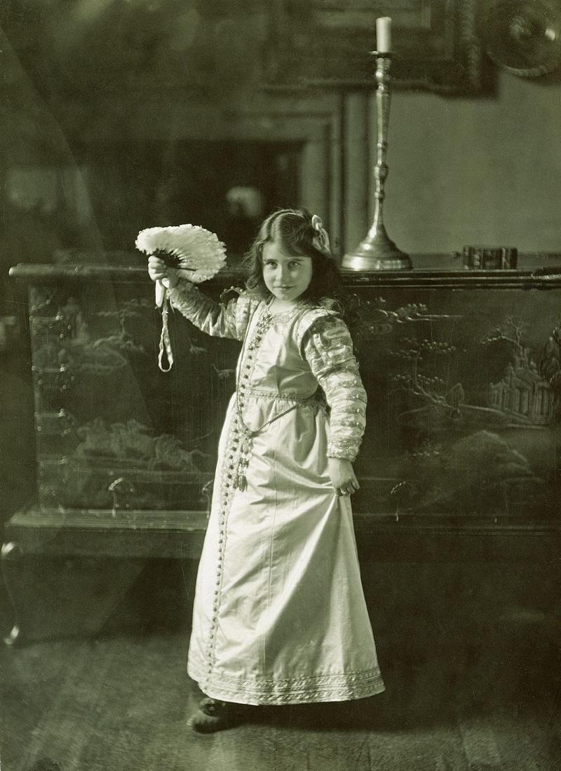 Елизавета Боуз-Лайон (1900-2002), когда Элизабет Боуз Леди Лион в костюме, Гламис, 1909