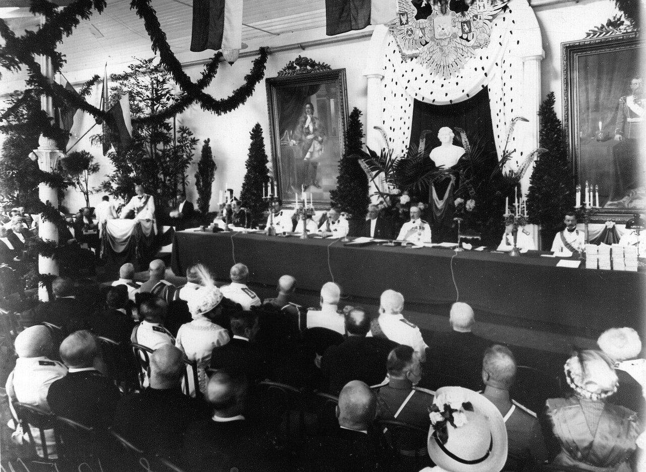 15. Группа участников празднования 200-летия Ботанического сада. Стол президиума и часть зала. 1913