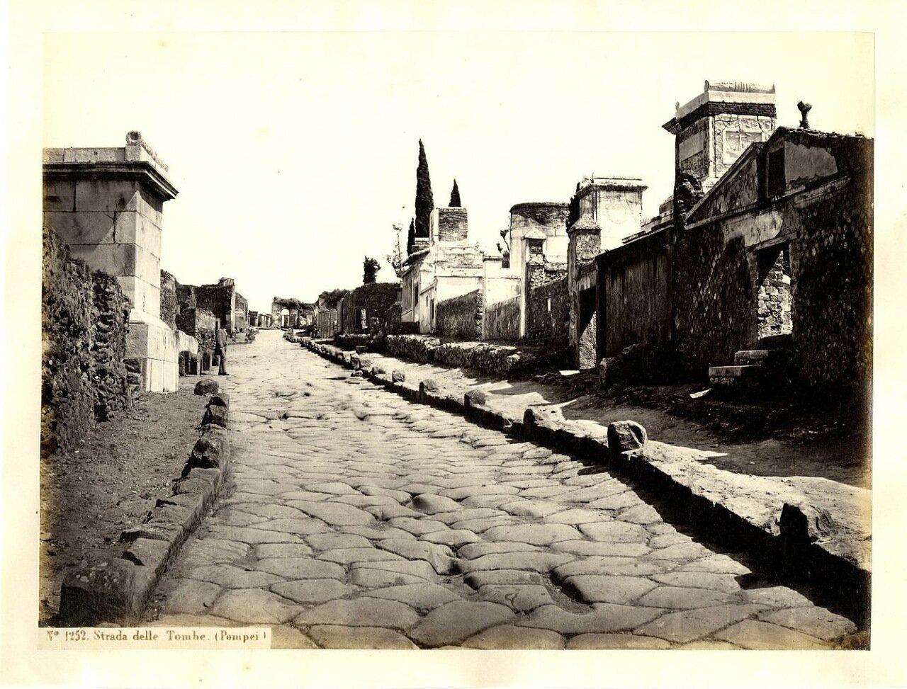 Улица Гробниц. Дорога, ведущая от Геркуланских ворот города к вилле Диомеда и дальше, к Вилле Мистерий. Вдоль нее располагается обширный некрополь.
