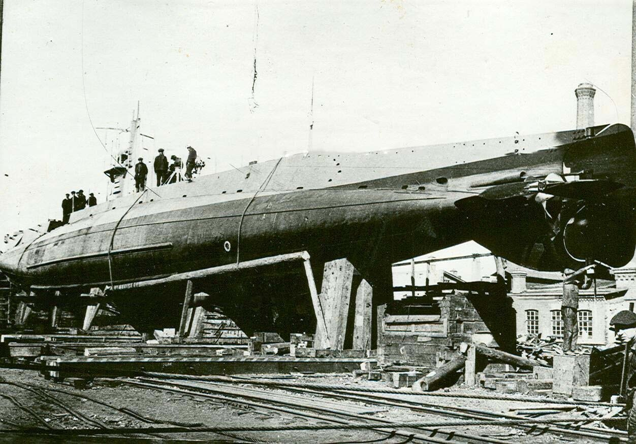 01. Подводная лодка типа АГ на одном из стапелей Балтийского завода. 1910-е