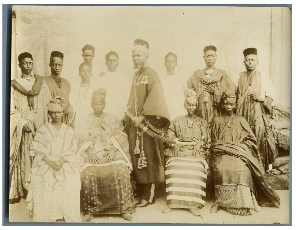 Король Дина Салифу со своими женщинами. 1895
