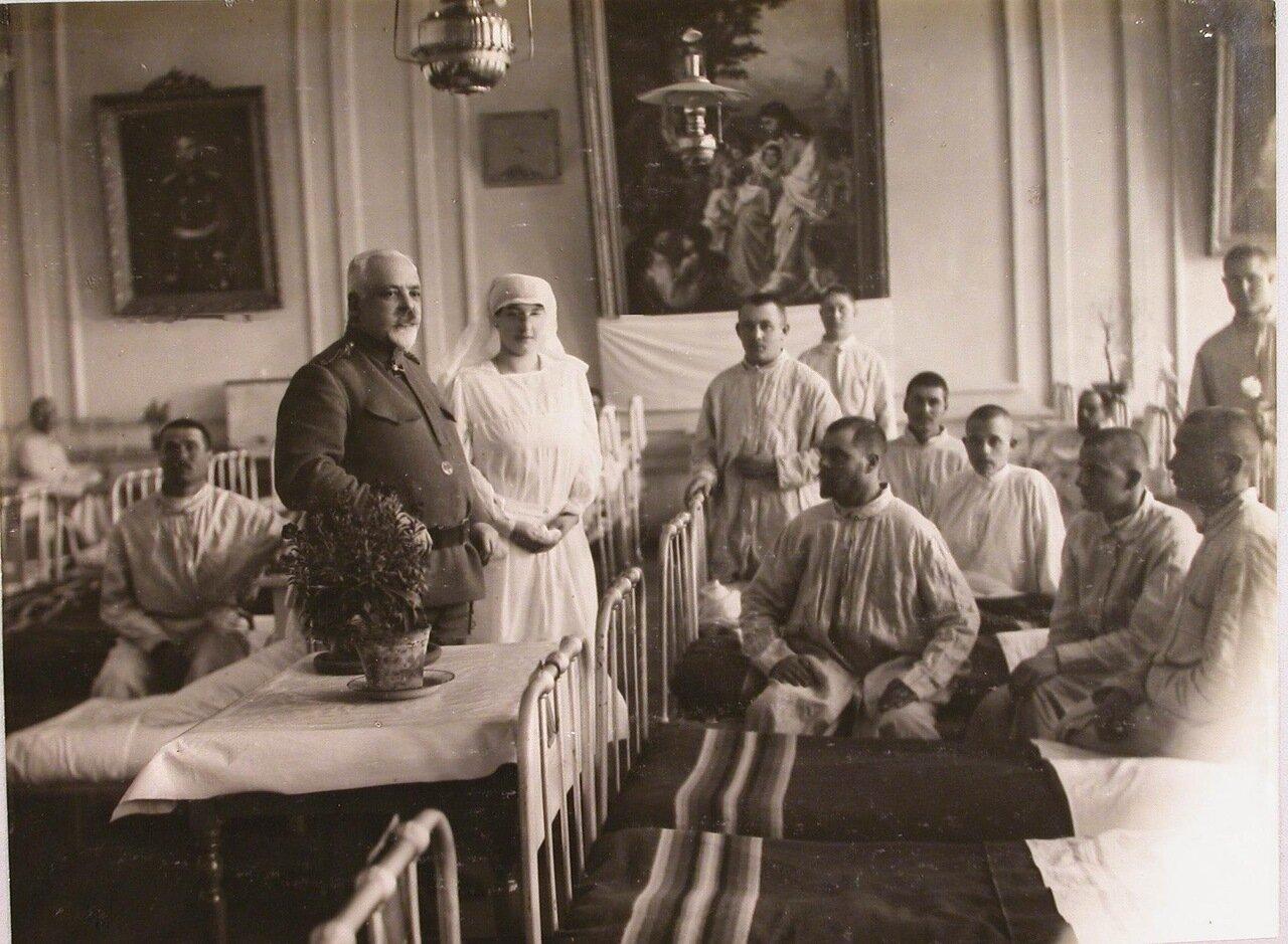 15. Дежурный врач и сестра в палате среди раненых