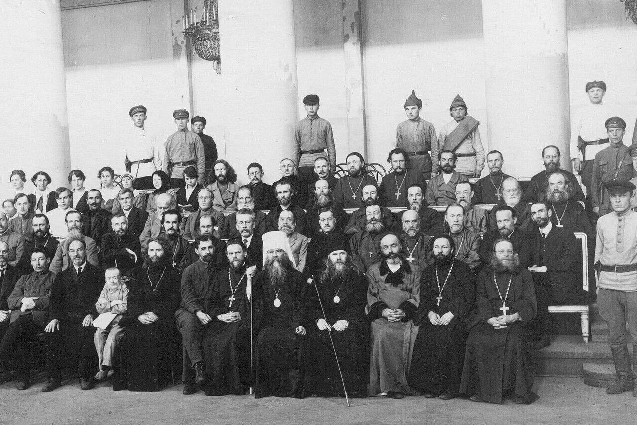 003. Группа подсудимых в зале суда, проходившего в филармонии