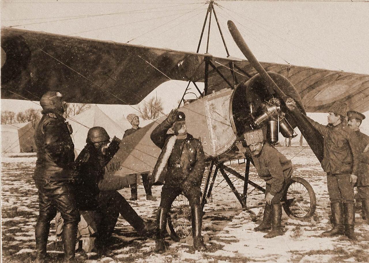 10. Группа лётчиков отряда во время дежурства на аэродроме у летательного аппарата. Февраль 1915. Радомская губерния, ст. Конск