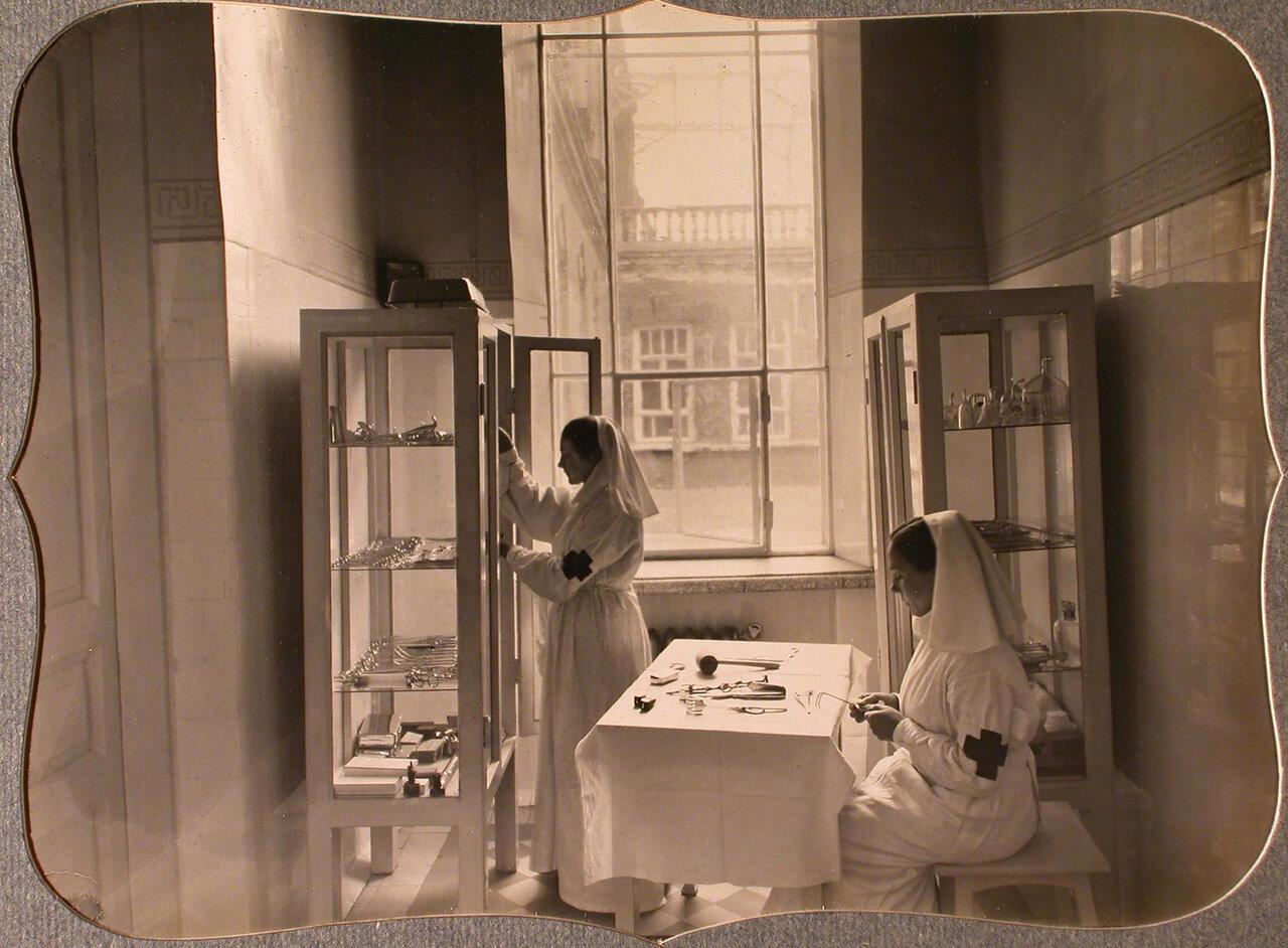 32. Сестры милосердия готовят инструменты в предоперационной комнате лазарета общины