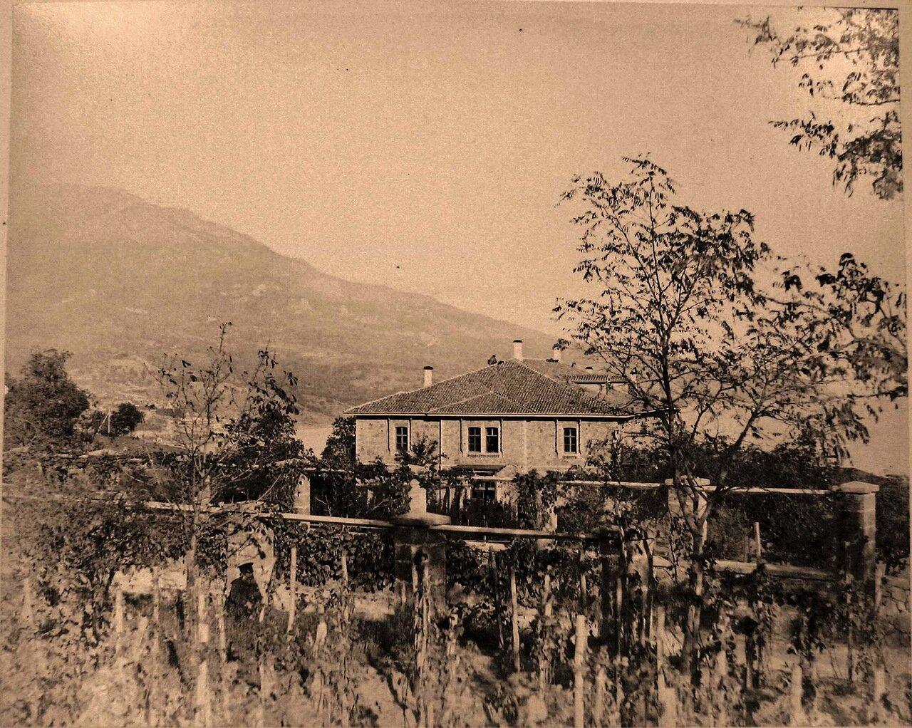 14.Ливадия. Вид здания казармы у въезда в имение Ливадия; на первом плане - виноградники