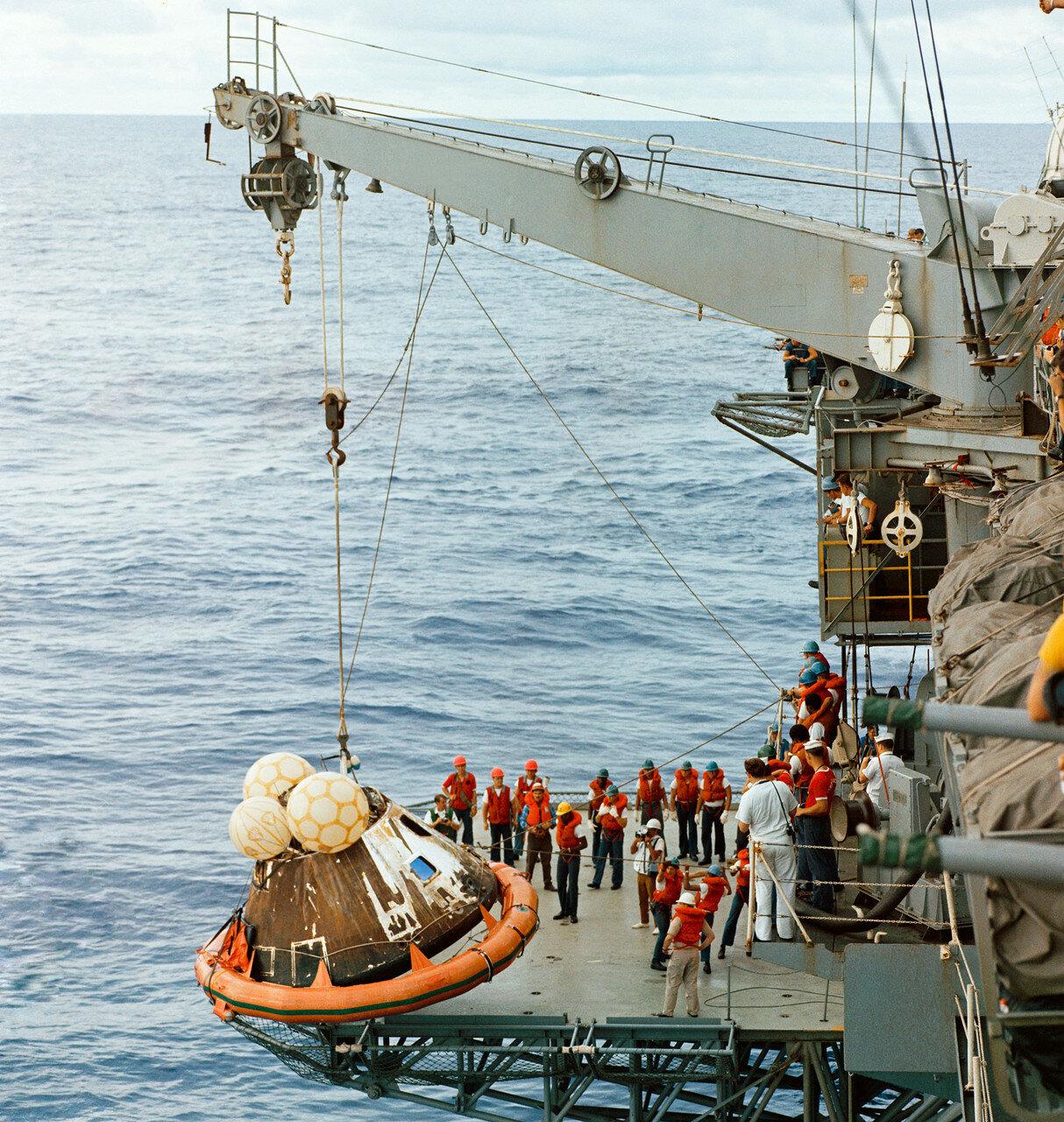 Все члены экипажа «Аполлон-13» были спасены и доставлены самолётом в Гонолулу на Гавайские острова. На снимке: Спускаемый аппарат поднимают на «Иводзиму»