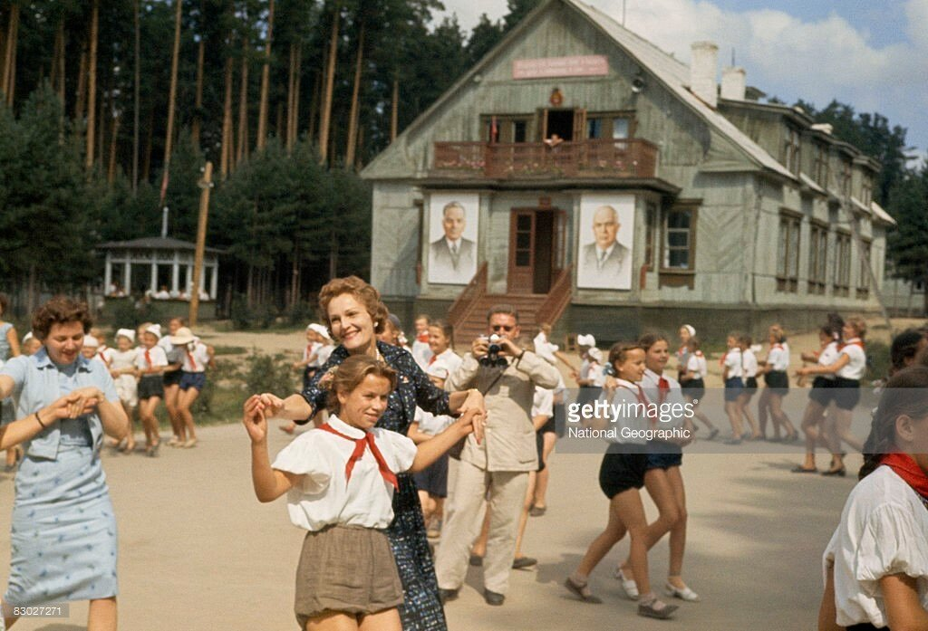 1959 American First Lady Pat Nixon dances a polka with summer campers, Near Sverdlovsk.jpg