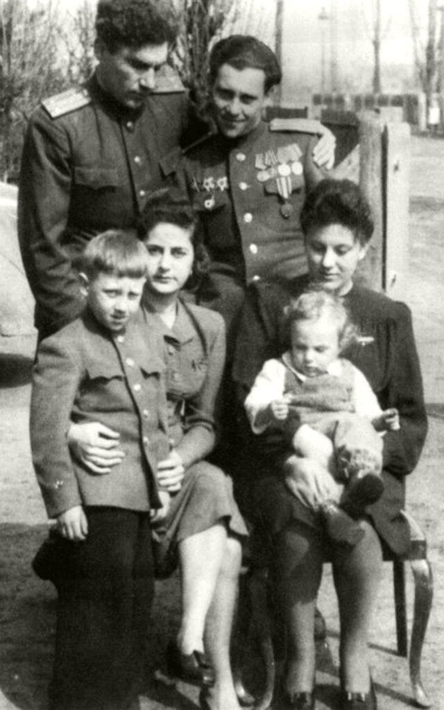 1064 Высоцкие в г.Ратенов, Германия. Фото 1947 года.jpg