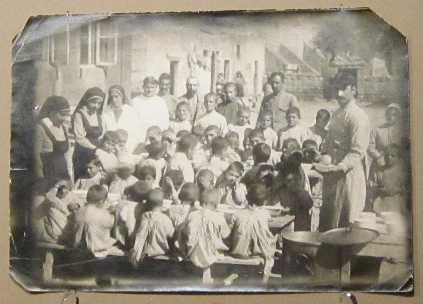 Кормление сирот - жертв геноцида армянского народа.