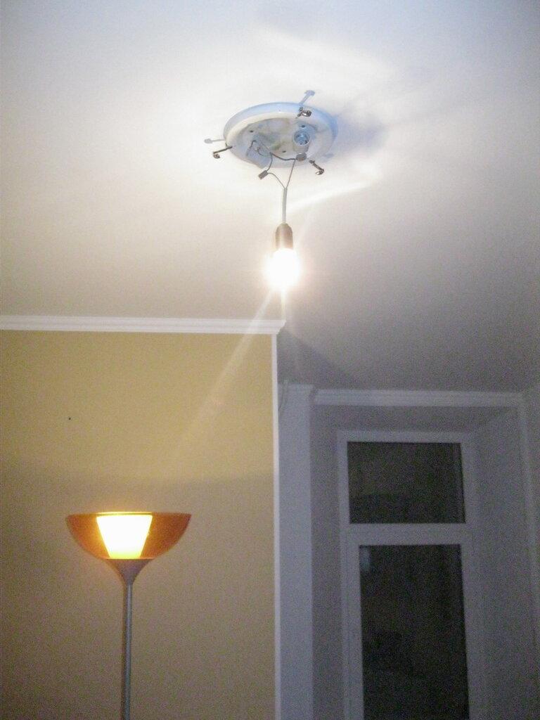 Несмешная авария: патрон с лампочкой вместо потолочного светильника-тарелки.