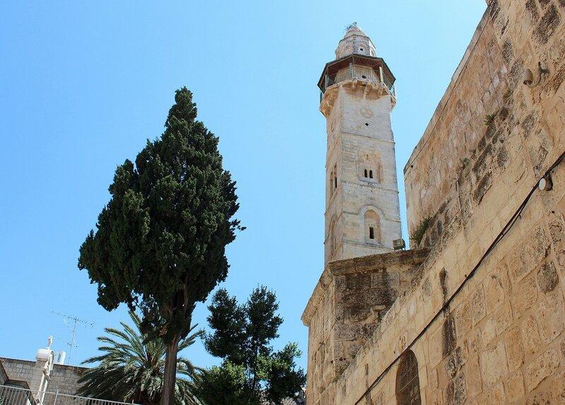 Вид  на минарет мечети Омара с площади Храма Гроба Господня