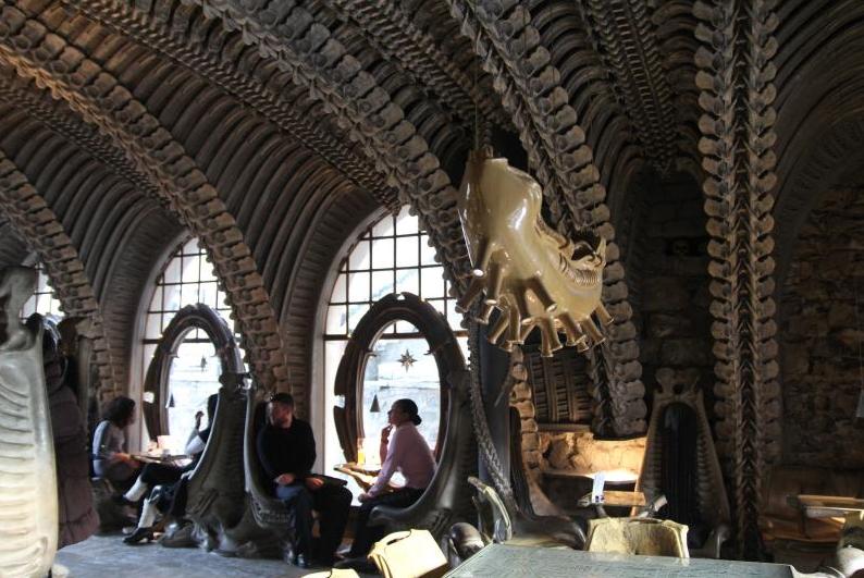 Museum HR Giger Bar в городе Грюйер, Швейцария. Для поклонников Ги5a8гера и Чужих