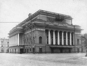 Общий вид здания театра.