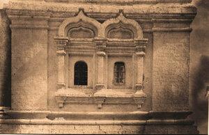 Вид окон с наличниками в соборе Благовещенского монастыря.