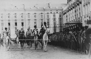 Император Николай II со свитой объезжает строй ветеранов - конвойцев в день празднования 100-летнего юбилея конвоя.
