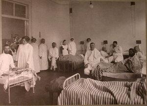 Раненые и медицинский персонал в палате лазарета Прохоровской мануфактуры,