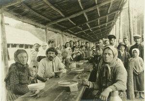 Группа беженцев во время обеда  на станции