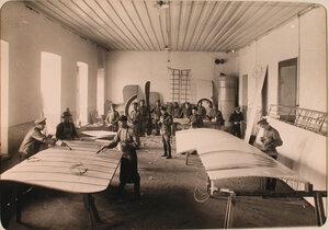 Группа нижних чинов авиароты за работой в обтяжечной мастерской.
