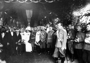 Молебен по случаю открытия выставки, в центре - великий князь Андрей Владимирович.