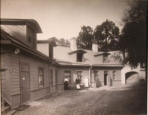 Вид части двора и служебного дома патроната-убежища.