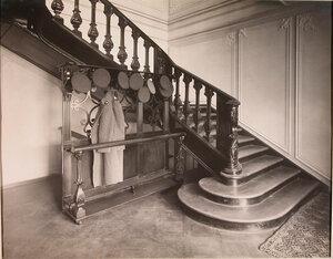 Вид части вестибюля и лестницы в здании патроната-убежища.