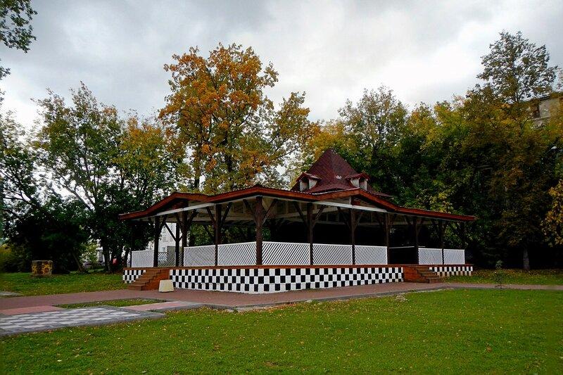Шахматный домик в Александровском саду осенью