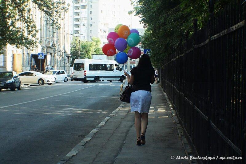 Девушка с шариками, Саратов, Соборная, 30 июля 2014 года