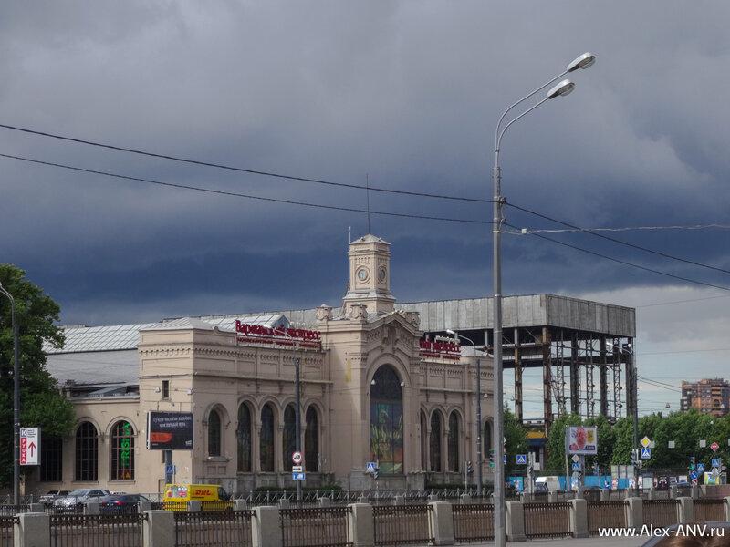А за ней виднеется здание бывшего Варшавского вокзала и скелет какого-то цеха.