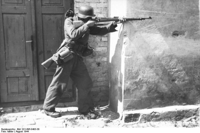 Warschauer Aufstand, Soldat mit Gewehr schieЯend