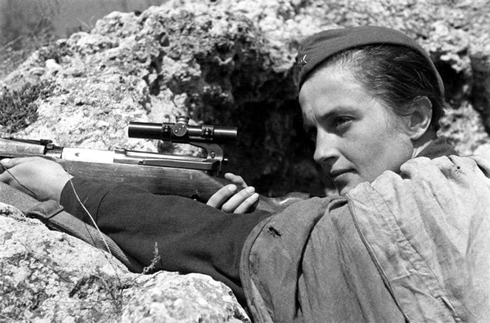 Герой Советского Союза, снайпер 25-й Чапаевской дивизии Людмила Павличенко