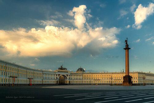 Дворцовая площадь с облаком