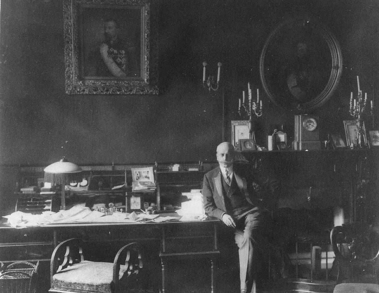 29. Сотрудник посольства у письменного стола. 1913