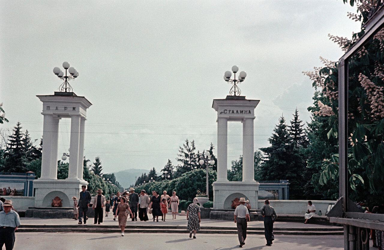 Вход в Центральный парк им. Сталина