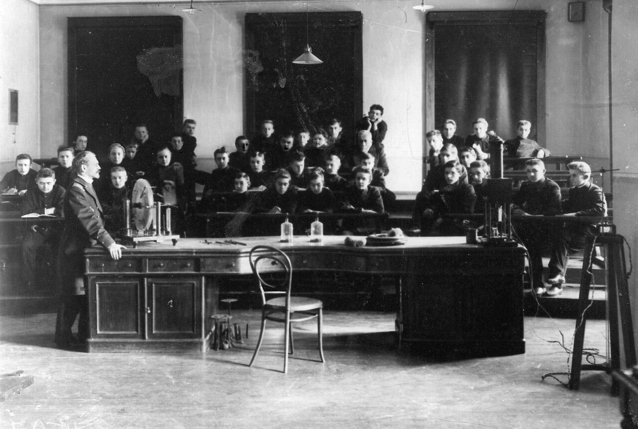 08. Группа учеников училища на занятиях по физике