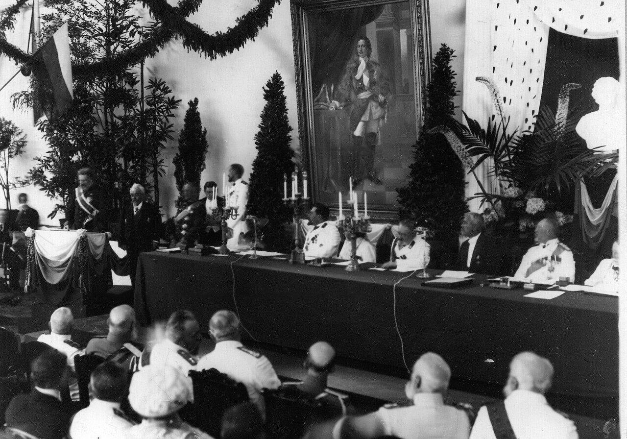 16. Группа участников празднования 200-летия Ботанического сада. Стол президиума и часть зала. 1913
